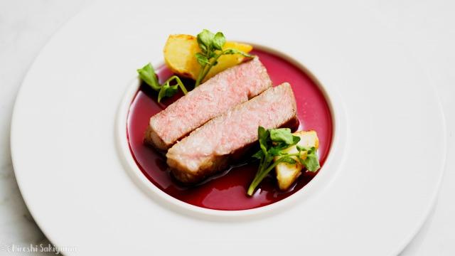 赤ワインの軽いソースのステーキ