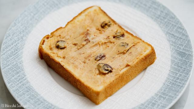 パンに塗って美味しいラムレーズンきな粉バターを塗ったパン
