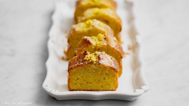 カットしたレモンとピスタチオのパウンドケーキ、正面から
