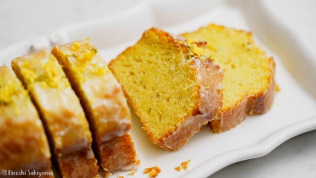 カットしたレモンとピスタチオのパウンドケーキ、アップ