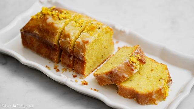 カットしたレモンとピスタチオのパウンドケーキ