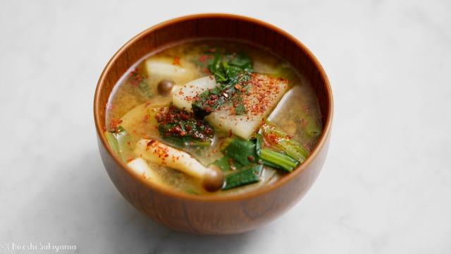 大根・小松菜・しめじ、赤味噌と赤唐辛子のW赤味噌汁