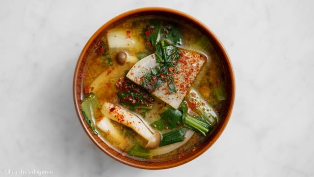 大根・小松菜・しめじ、赤味噌と赤唐辛子のW赤味噌汁を上から