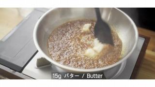 カラメルにバターを溶かす