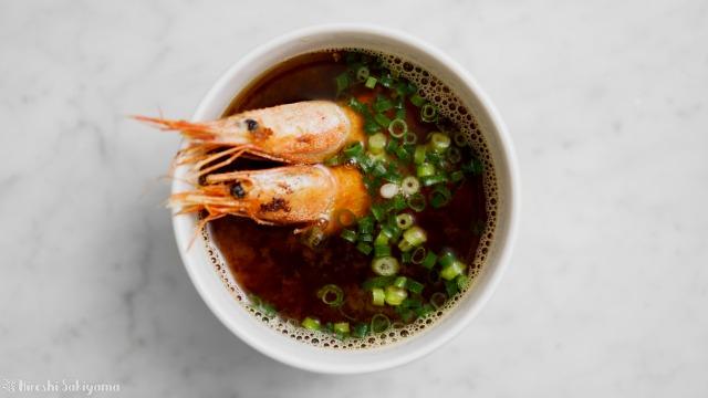 甘海老の殻で作るお味噌汁、上から