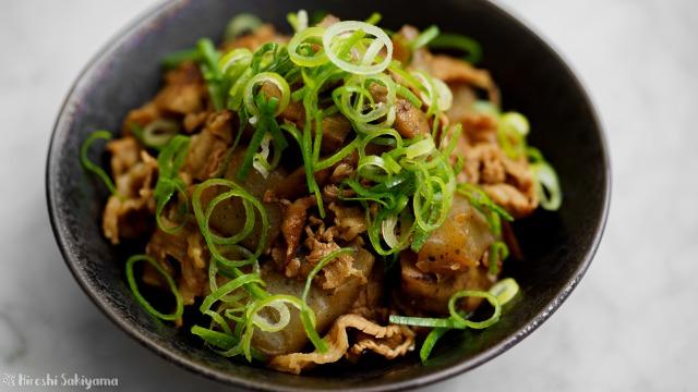 牛肉・こんにゃく・ごぼうの味噌煮込み、アップ