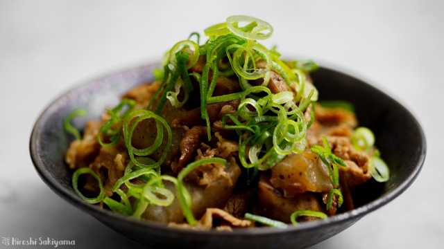 牛肉・こんにゃく・ごぼうの味噌煮込み、横から