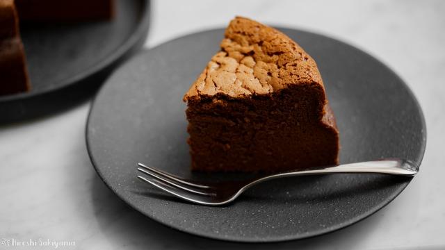 チョコスフレチーズケーキ、切り分けたケーキのアップ