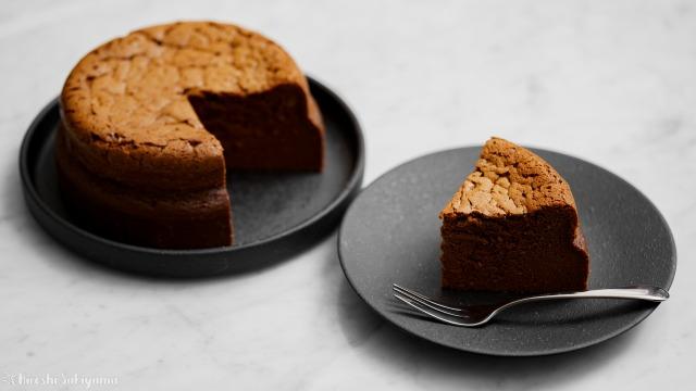 チョコスフレチーズケーキと切り分けたケーキ
