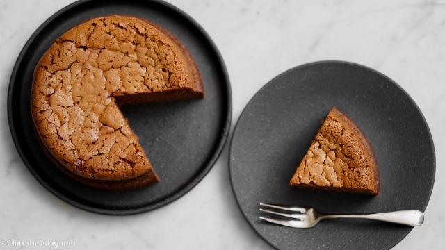 チョコスフレチーズケーキと切り分けたケーキ、上から