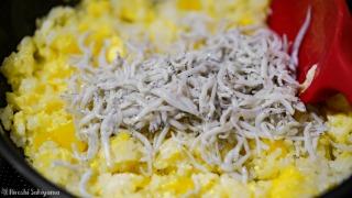 卵とご飯を炒めてしらすを加える