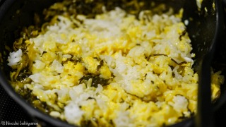 炒めた高菜に卵・ご飯を加えて炒める