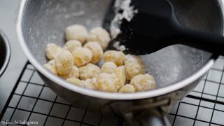 結晶化した砂糖でコーティングしたマカダミアナッツ