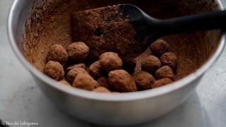 チョコでコーティングしてココアパウダーをまぶす