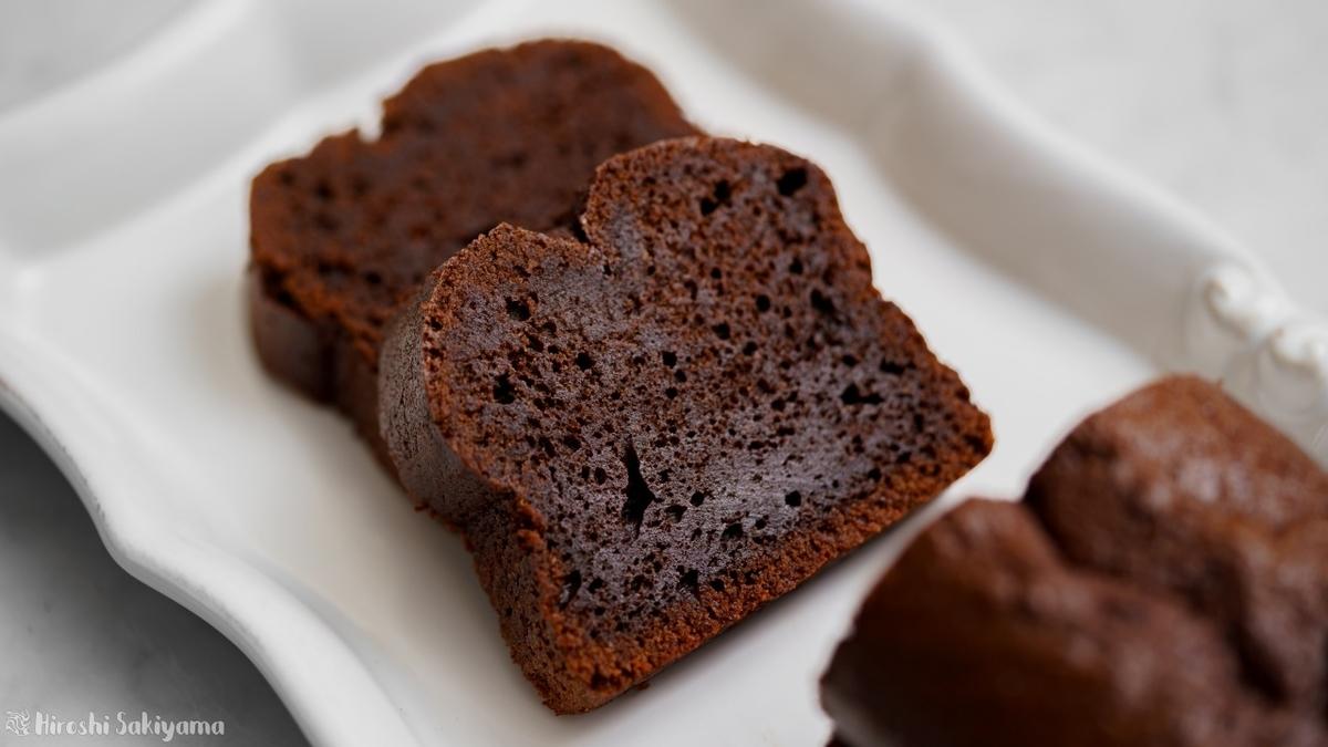 チョコを練りこんだケーク・オ・ショコラ(チョコパウンドケーキ)、ココアパウダーあり、カット・アップ