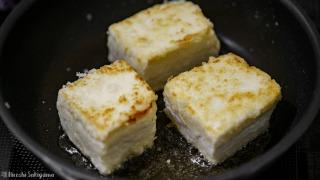豆腐を揚げ焼きにする