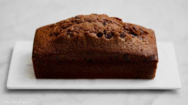 溶かしバターで作るチョコパウンドケーキ(ケーク・オ・ショコラ)、横から