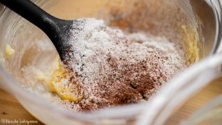 バターに粉類を加える