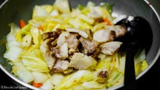 白菜を炒めて豚を加えた
