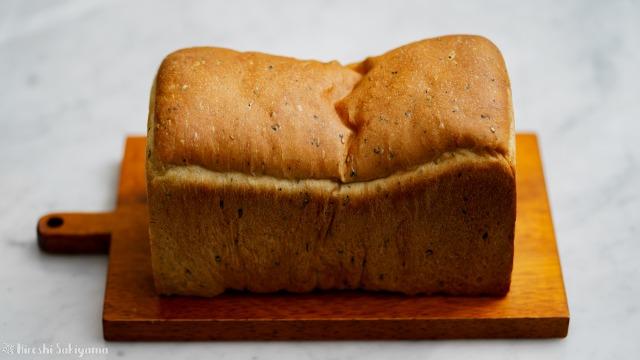 さつまいもと黒ごまの食パン、横から
