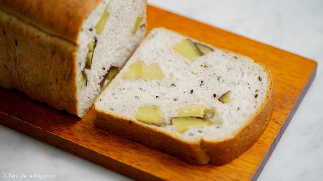 さつまいもと黒ごまの食パン、カット