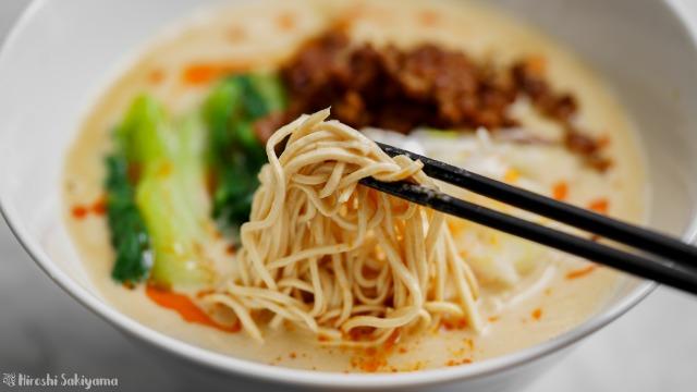豆腐干絲の担々麺、箸ですくう