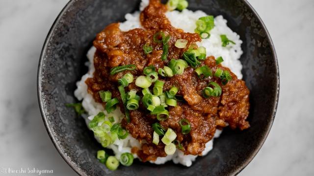 豚バラ薄切り肉で作るアンダンスー(油味噌)、ごはんにかけて上から