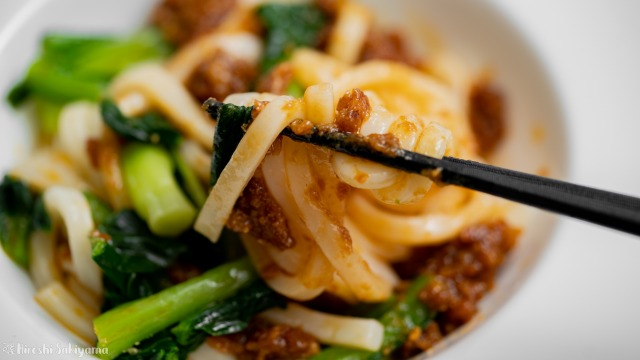 アンダンスーと小松菜の混ぜうどん、箸で持ち上げる