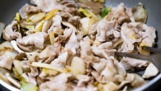 野菜と豚肉を炒める