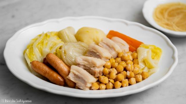 ひよこ豆・白菜・ウインナーのコシード(スペイン風煮込み)