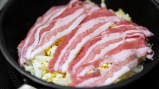豚バラ肉をのせる