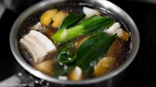 豚肉をタレで煮る
