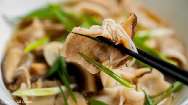 干し椎茸と豚バラ肉の汁ビーフン、箸で持つ