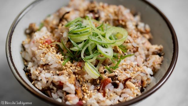 サバ缶と梅・塩昆布の混ぜご飯、アップ