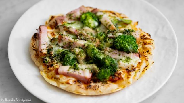 ベーコン・ブロッコリーの青のりピザ
