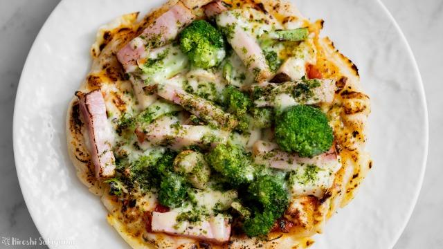 ベーコン・ブロッコリーの青のりピザ、上から