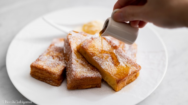 フレンチトースト、メープルシロップをかける