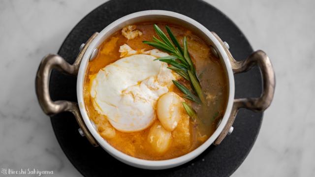ソパ・デ・アホ(スペイン風にんにくスープ)、上から