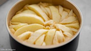 型に流しリンゴを並べる