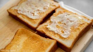トーストにピーナッツバターを塗った