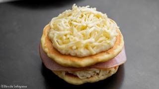 パンケーキで挟みさらにベシャメルソース・チーズを重ねる