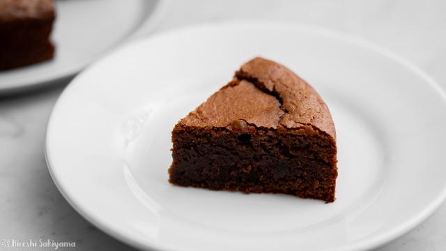 トルタカプレーゼ(チョコレートとアーモンドのケーキ)、切った1ピース