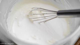クリームチーズに生クリームを加える