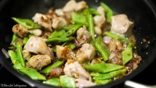 鶏肉・モロッコいんげんを炒める