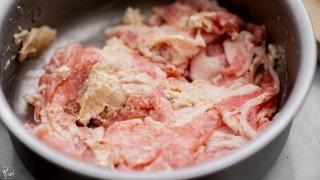 豚肉を腐乳で揉み込む