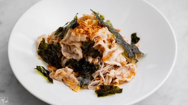 フライドオニオンと韓国海苔の肉和え蕎麦