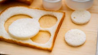 食パンを切り抜く