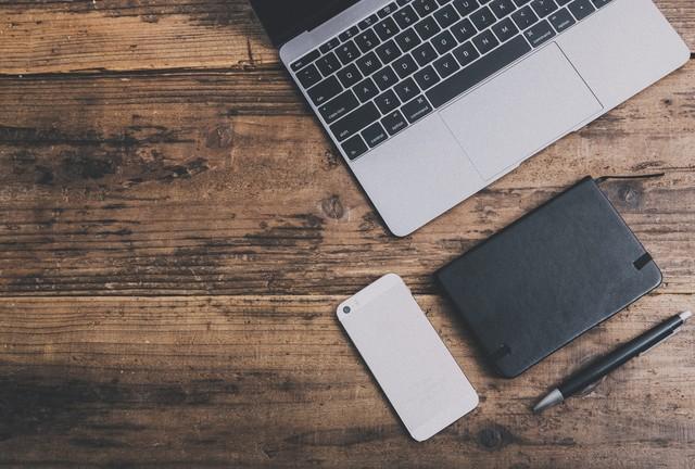 パソコンとスマホと手帳とペン