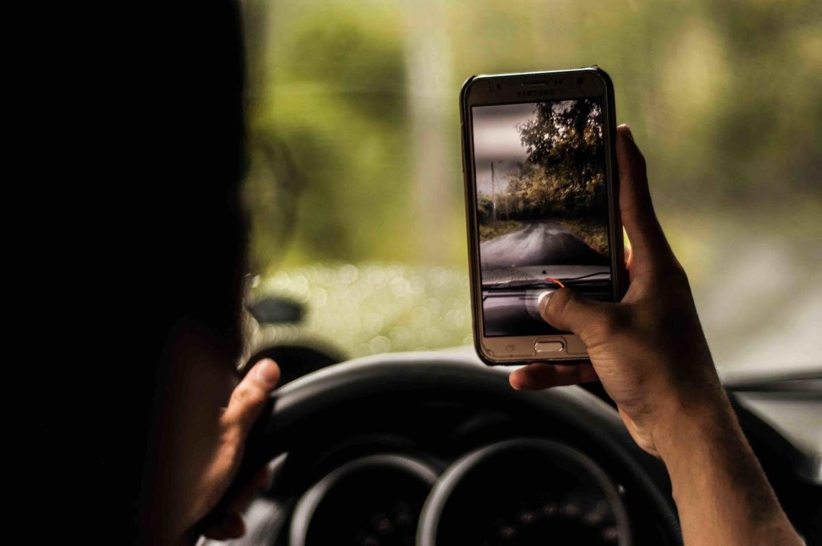 【ナビ・イヤホンもNG?】ながら運転の罰則強化を解説 (Photo byMarlon LaraonUnsplash)