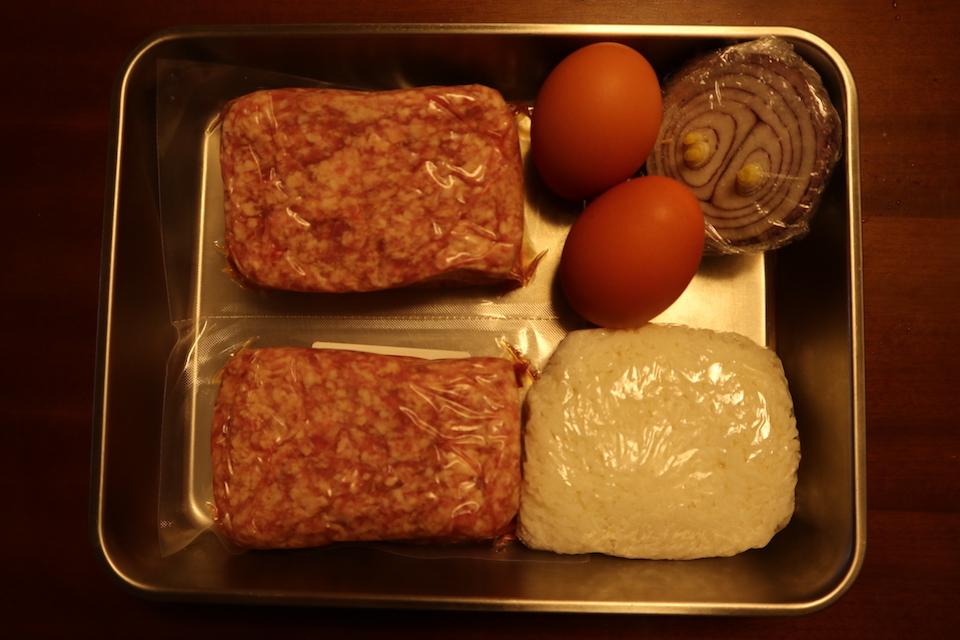 ハンバーグの材料(ひき肉、ご飯、卵、たまねぎ)